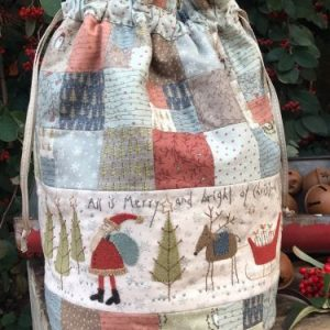 All is Merry & Bright Bag van Anni Downs voor Hatched and Patched Dit superleuke patroon is van de Australische ontwerpster Anni Downs voor Hatched and Patched. Het tasje wordt 23 x 35cm groot. Een mooie maat dus. Het patroon is zoals we van anni gewend zijn weer superduidelijk! Er zijn ook wolletjes voor verkrijgbaar https://quiltstudiohetgooi.com/product/all-is-merry-bright-bag-van-anni-downs-voor-hatched-and-patched-woolpack/